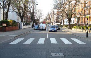 Pešaci, pešacki prelaz, pravilno postupajte. slika