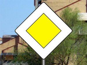 znak obavestenja put sa pravom prvenstva prolaza