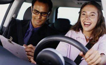 Iskusni vozači savetuju kako na lak način savladati strah od vožnje i čime se voditi pri odabiru auto škole