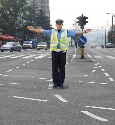 policajac u raskrsnici regulise saobracaj