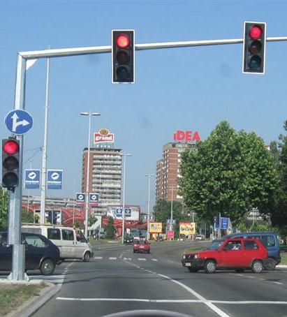 raskrsnica regulisana semaforom crveno svetlo